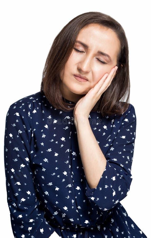 Vrouw die Tandpijn voelen Close-up van Mooi Droevig Meisje die aan Sterke Tandpijn lijden Aantrekkelijk Wijfje die Pijnlijke Toot royalty-vrije stock afbeeldingen