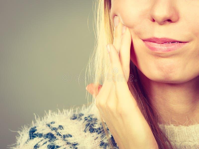 Vrouw die tandpijn wat betreft haar wang hebben royalty-vrije stock foto