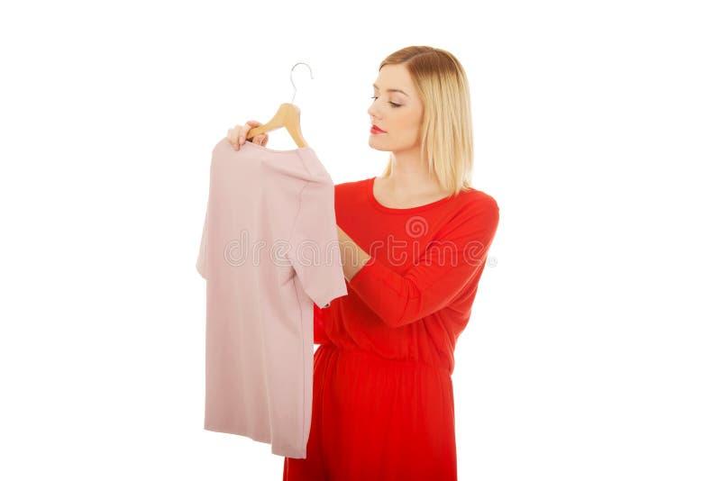 Vrouw die te kopen wat beslissen stock foto