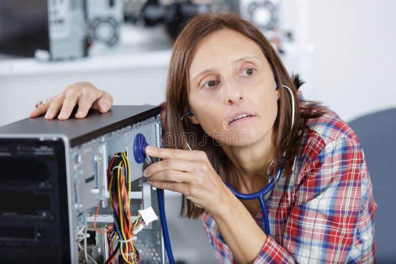 Vrouw die in technische ondersteuning het bevestigen computerlaptop werken stock foto