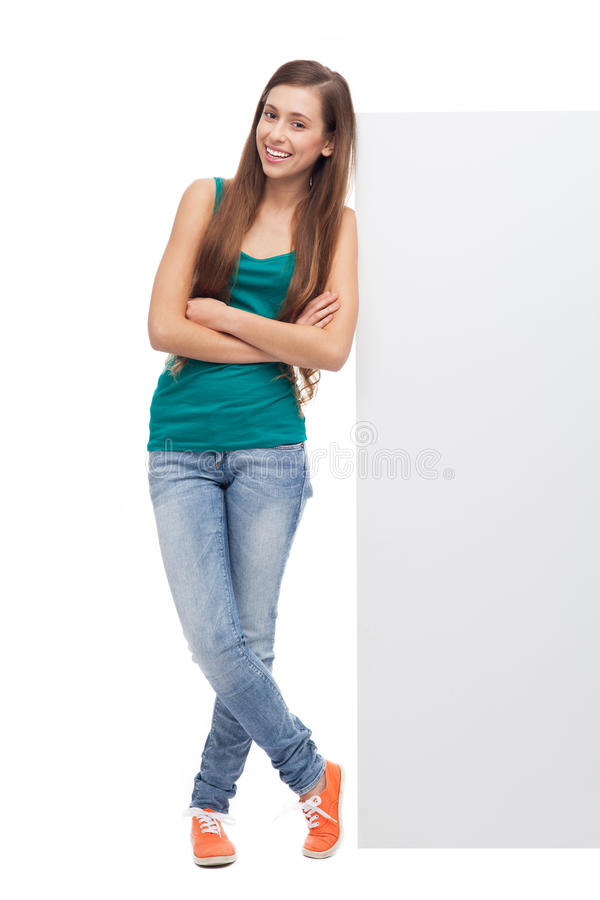 Vrouw Die Tegen Leeg Aanplakbord Leunt Stock Afbeeldingen