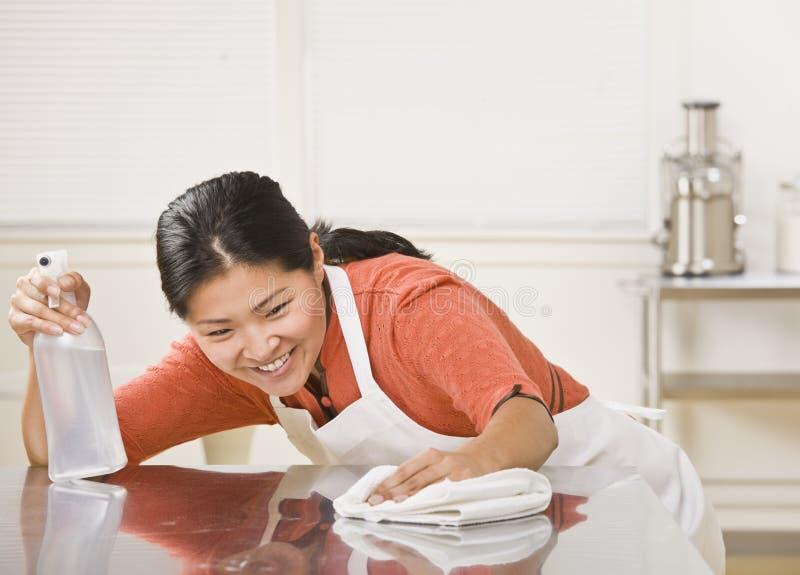 Vrouw die in tegenovergestelde richting schoonmaakt stock foto's
