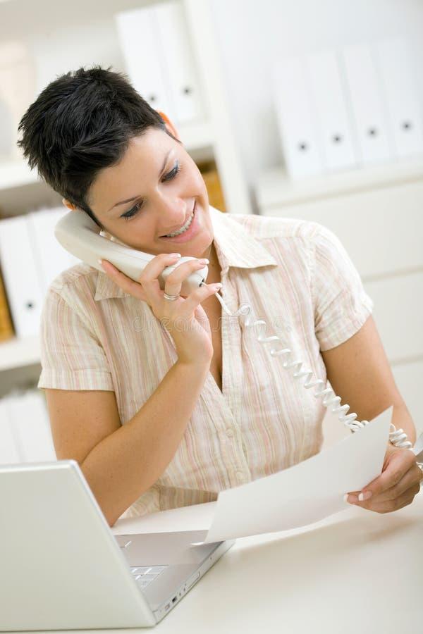 Vrouw die telefoon uitnodigt