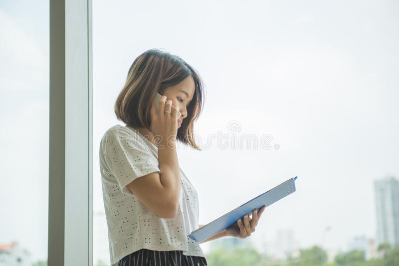 Vrouw die telefoongesprek in haar bureau maken royalty-vrije stock foto's