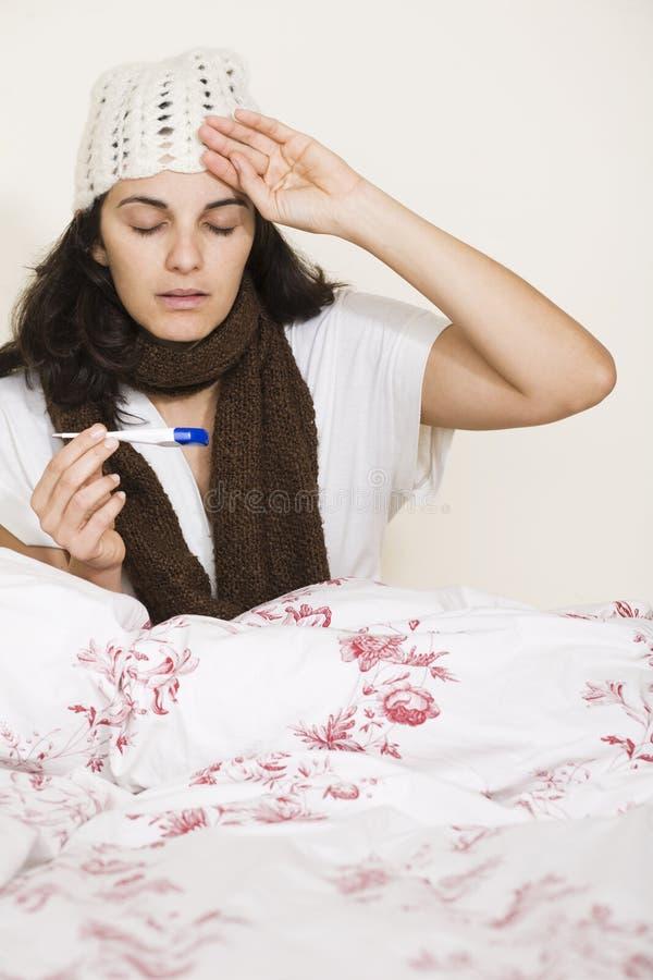 Download Vrouw Die Temperatuur Vergen Stock Foto - Afbeelding bestaande uit koorts, medisch: 29506832