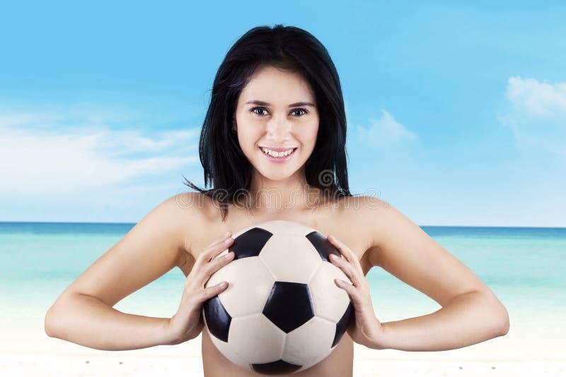 Download Vrouw Die Terwijl Het Houden Van Voetbalbal Glimlachen Stock Foto - Afbeelding bestaande uit chinees, atleet: 39117020