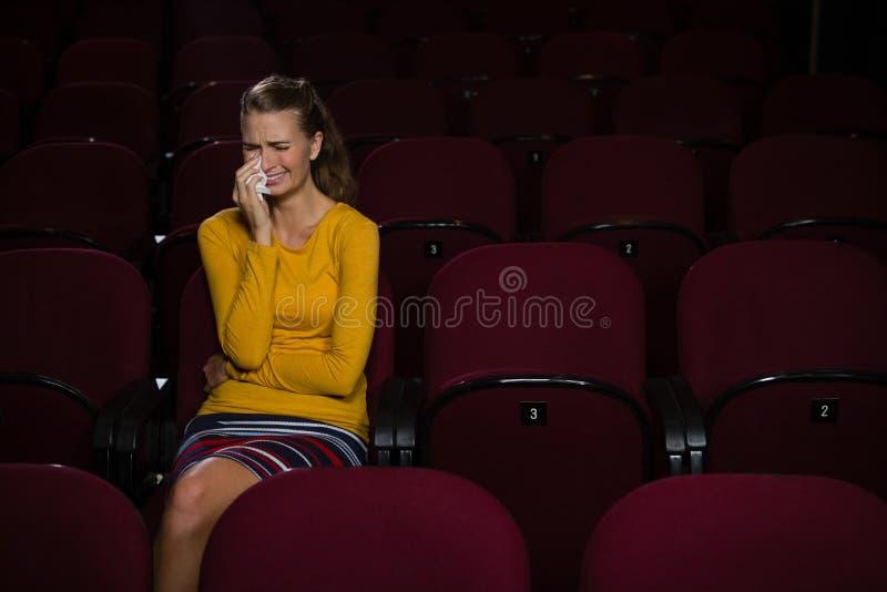 Vrouw die terwijl het letten van op film schreeuwen royalty-vrije stock foto