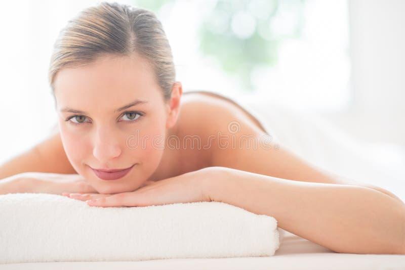 Vrouw die terwijl het Ontspannen in Health Spa glimlachen stock afbeeldingen