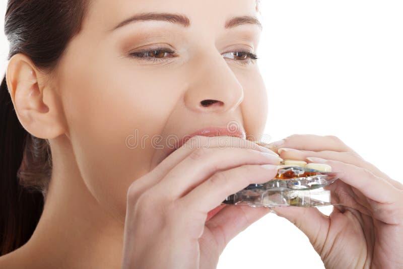Vrouw die teveel pillen eten royalty-vrije stock foto