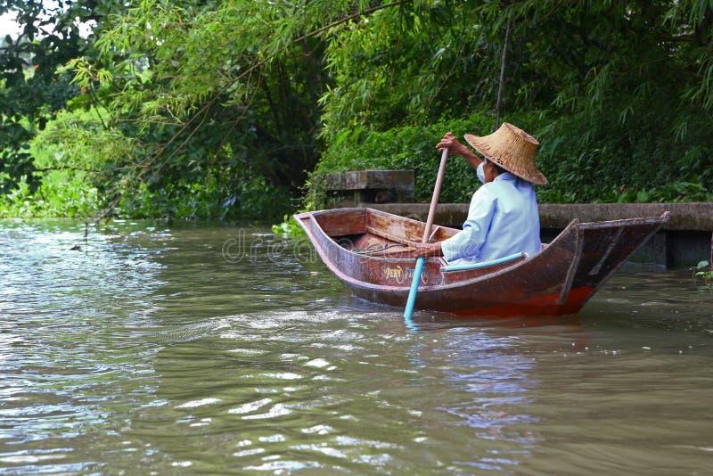 Vrouw die in Thailand paddelen stock afbeelding