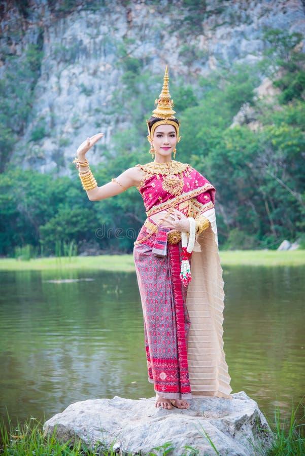 Vrouw die Thais oud traditioneel kostuum dragen stock afbeeldingen