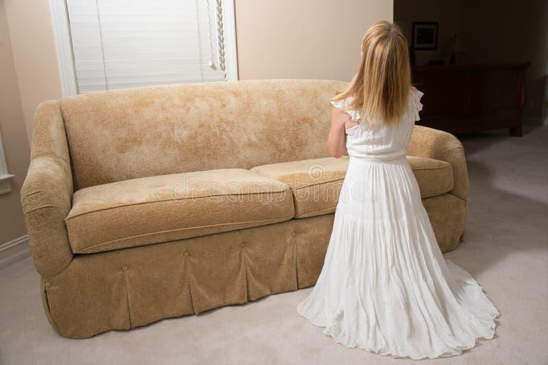Vrouw die thuis bidt stock afbeeldingen