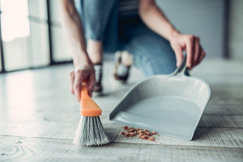 Vrouw die thuis het schoonmaken doen royalty-vrije stock afbeeldingen