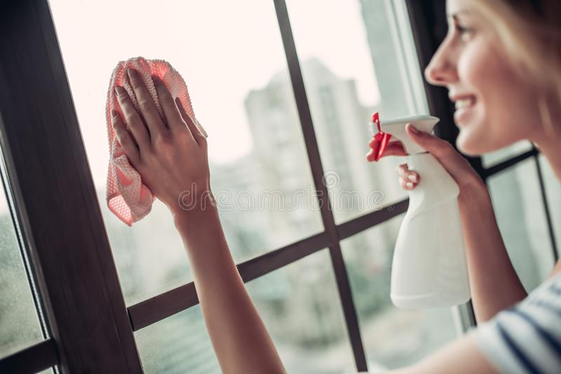 Vrouw die thuis het schoonmaken doen stock fotografie