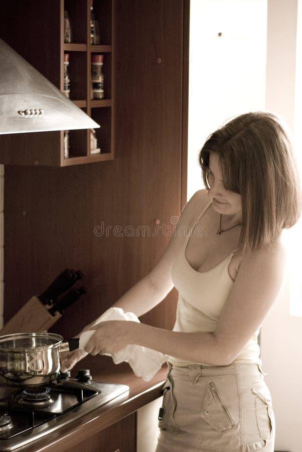Vrouw die thuis kookt royalty-vrije stock foto
