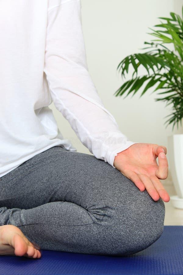Vrouw die thuis mediteren stock afbeelding