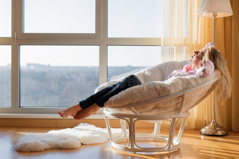 Vrouw die thuis ontspannen royalty-vrije stock afbeelding