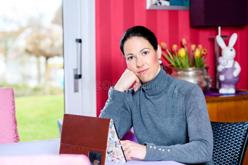 Vrouw die thuis tabletpc met behulp van stock foto's