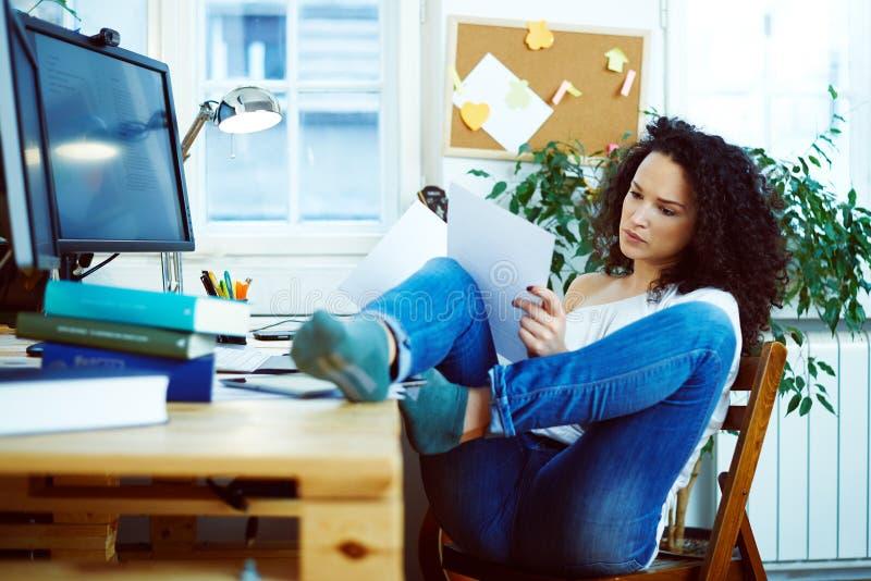 Vrouw die thuis werkt royalty-vrije stock fotografie