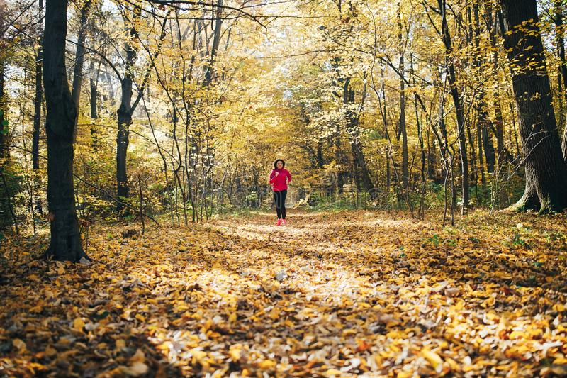Vrouw die tijdens ochtendpark lopen stock foto's