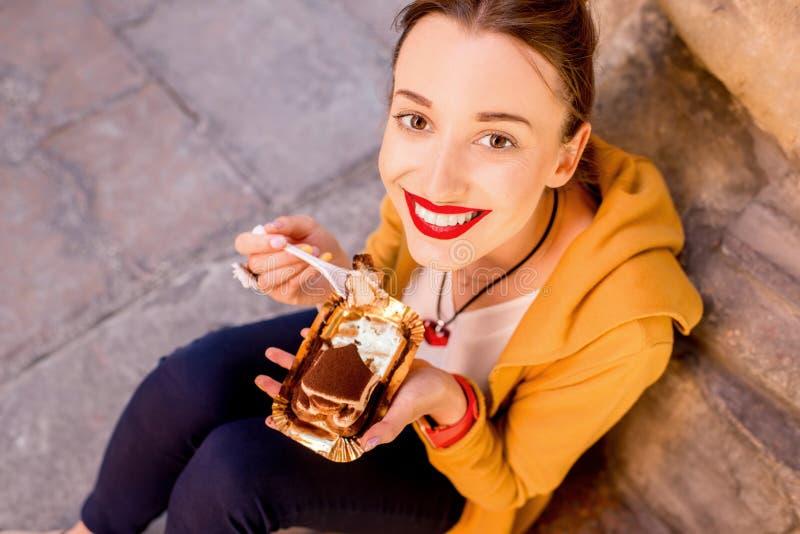 Vrouw die tiramisu in openlucht eten royalty-vrije stock foto