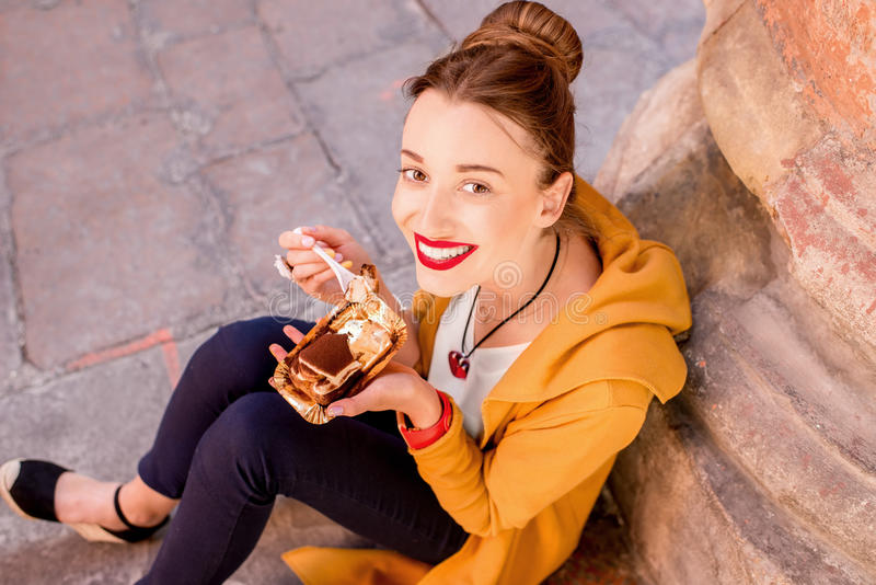 Vrouw die tiramisu in openlucht eten royalty-vrije stock foto's