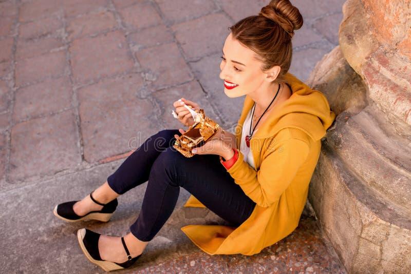 Vrouw die tiramisu in openlucht eten royalty-vrije stock afbeeldingen