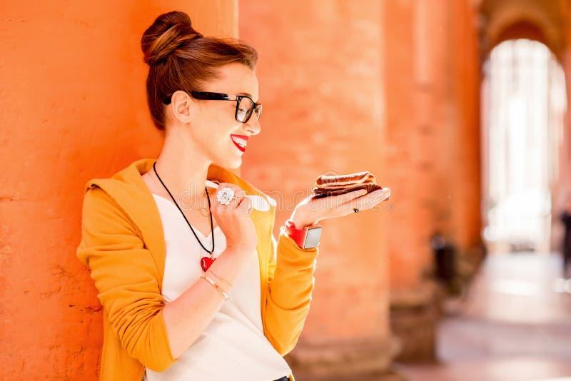 Vrouw die tiramisu in openlucht eten royalty-vrije stock afbeelding