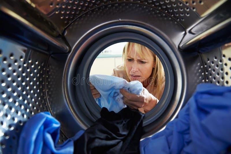 Vrouw die toevallig Wasserij binnen Wasmachine verven royalty-vrije stock afbeeldingen