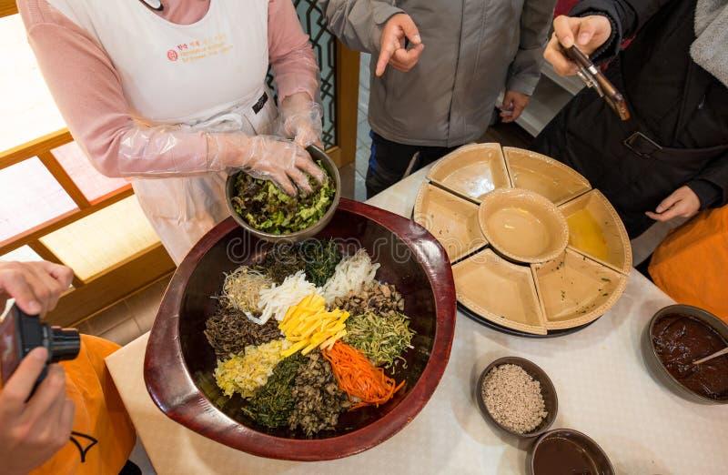 Vrouw die traditioneel Koreaans voedsel voorbereiden royalty-vrije stock afbeelding