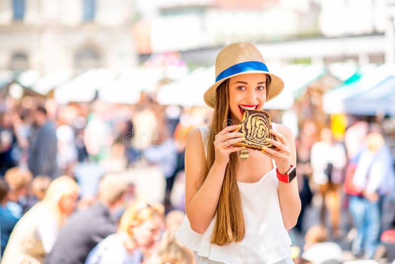 Vrouw die traditioneel Sloveens dessert eten royalty-vrije stock foto's