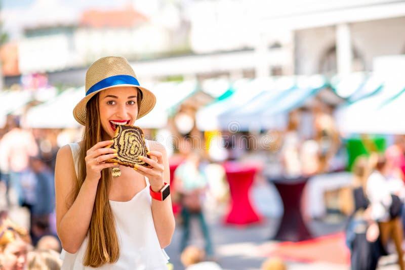 Vrouw die traditioneel Sloveens dessert eten royalty-vrije stock fotografie