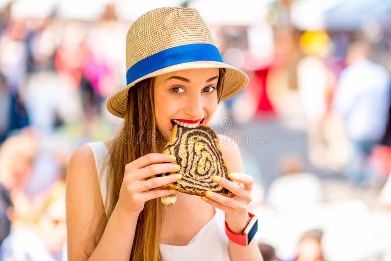 Vrouw die traditioneel Sloveens dessert eten royalty-vrije stock afbeeldingen