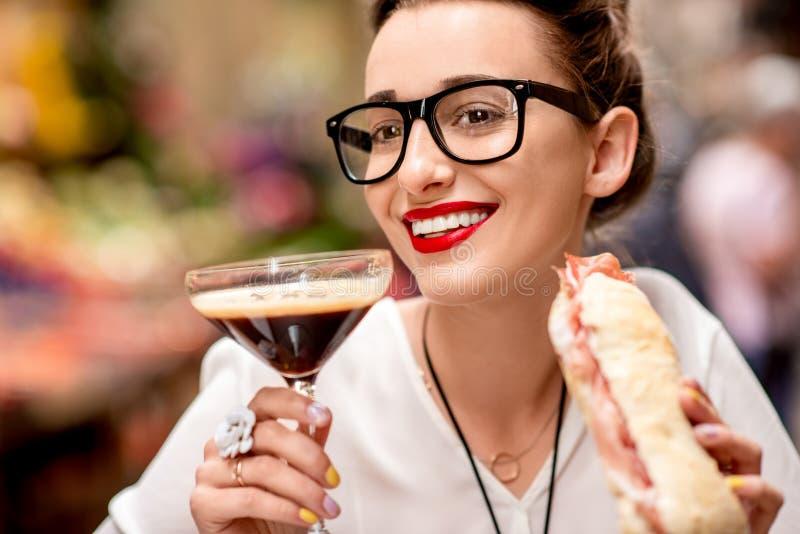 Vrouw die traditionele Italiaanse lunch hebben royalty-vrije stock foto's