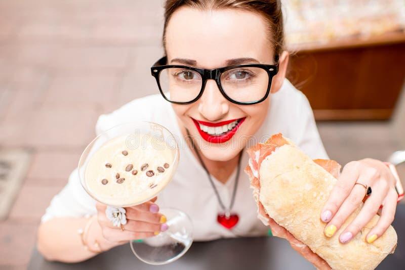 Vrouw die traditionele Italiaanse lunch hebben stock foto's