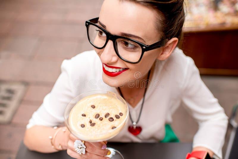 Vrouw die traditionele Italiaanse lunch hebben royalty-vrije stock afbeeldingen