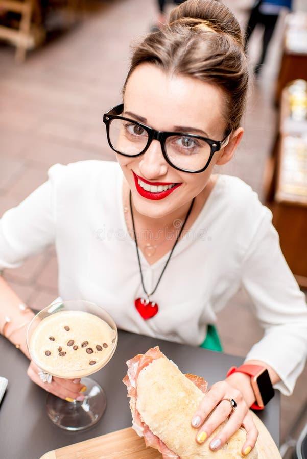 Vrouw die traditionele Italiaanse lunch hebben stock foto