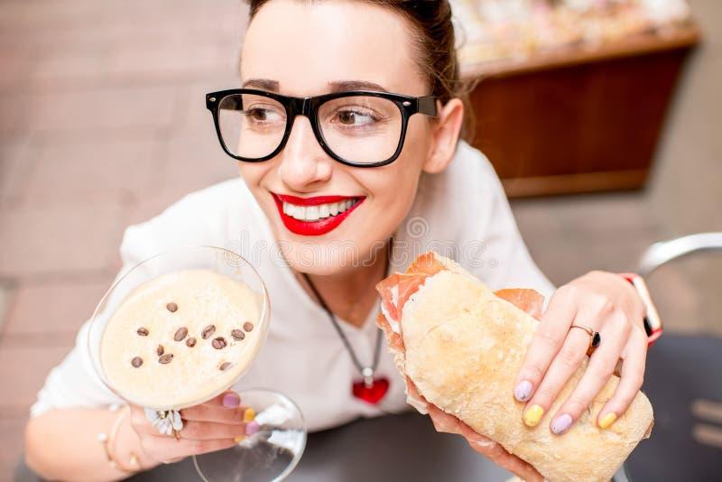 Vrouw die traditionele Italiaanse lunch hebben stock afbeeldingen