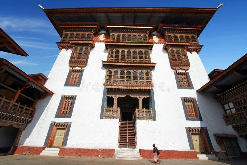 Vrouw die in traditionele kleding Uit Bhutan in Paro Rinpung Dzo lopen stock foto's
