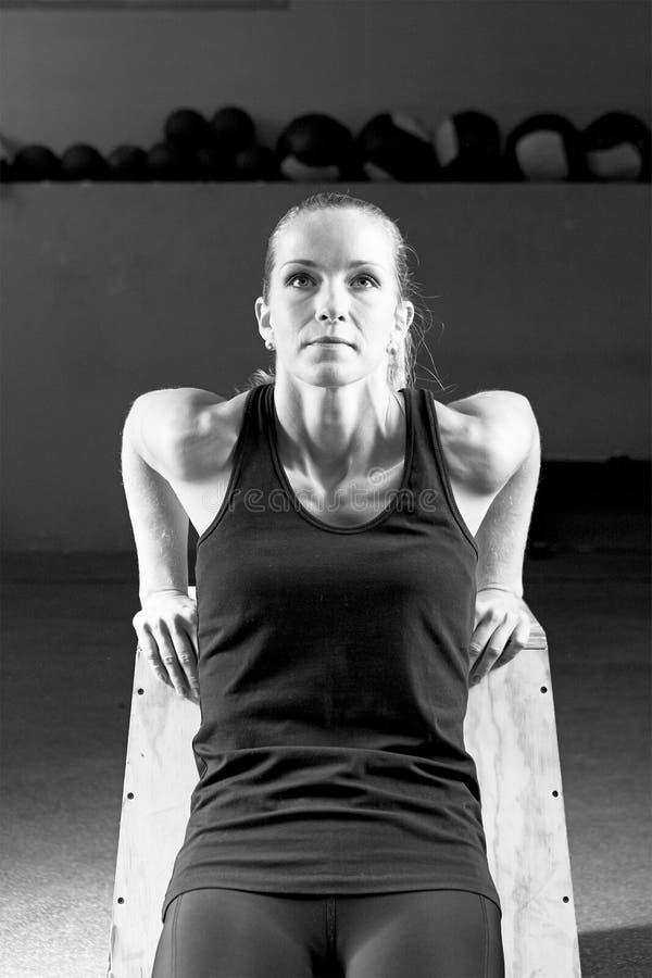Vrouw die tricepsopdrukoefeningen maken - crossfit training royalty-vrije stock afbeeldingen