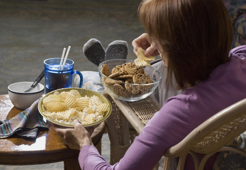 Vrouw die troep food_2 eet royalty-vrije stock afbeelding