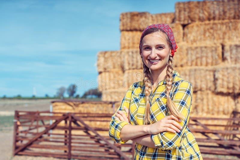 Vrouw die trots op haar boerderij staat royalty-vrije stock afbeeldingen