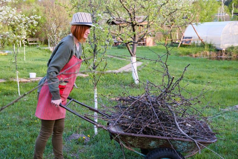 Vrouw die in tuin in de vroege lente werken royalty-vrije stock foto