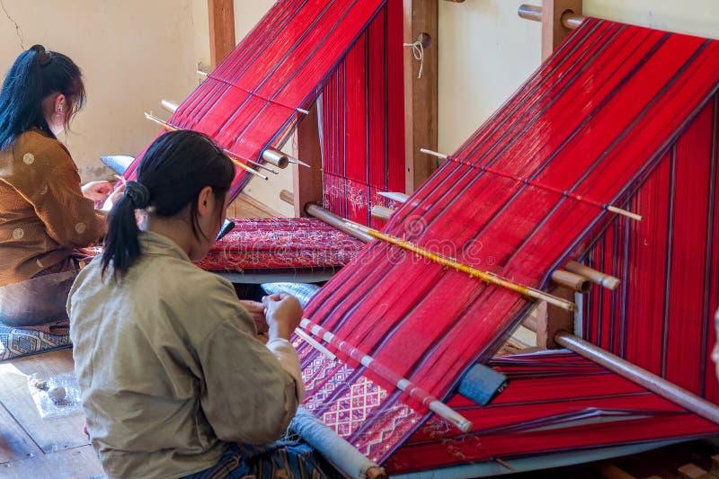Vrouw die uit Bhutan - Oostelijke Bhutan weven royalty-vrije stock foto