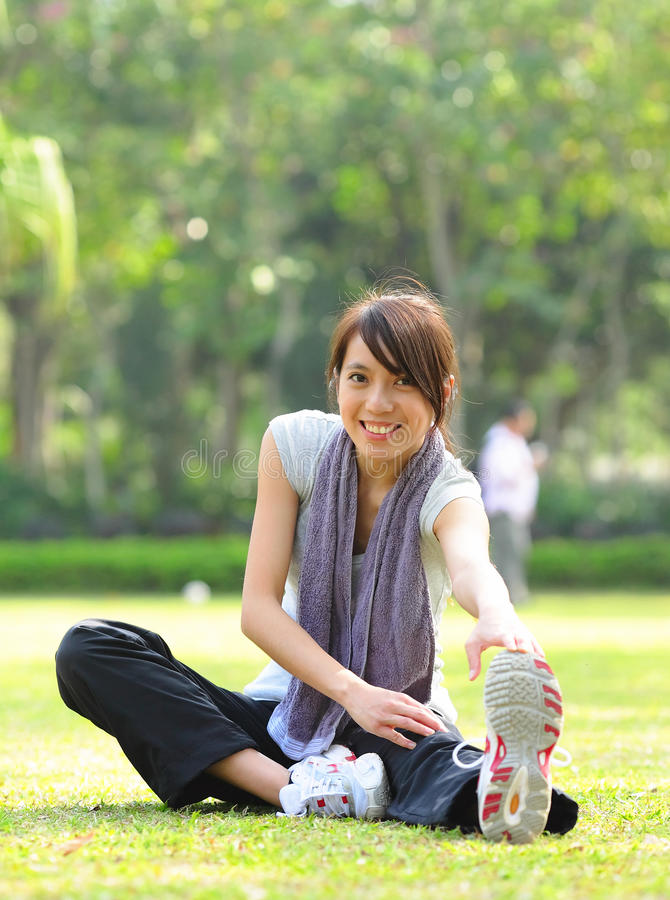Vrouw die uitrekkende oefening doet stock fotografie