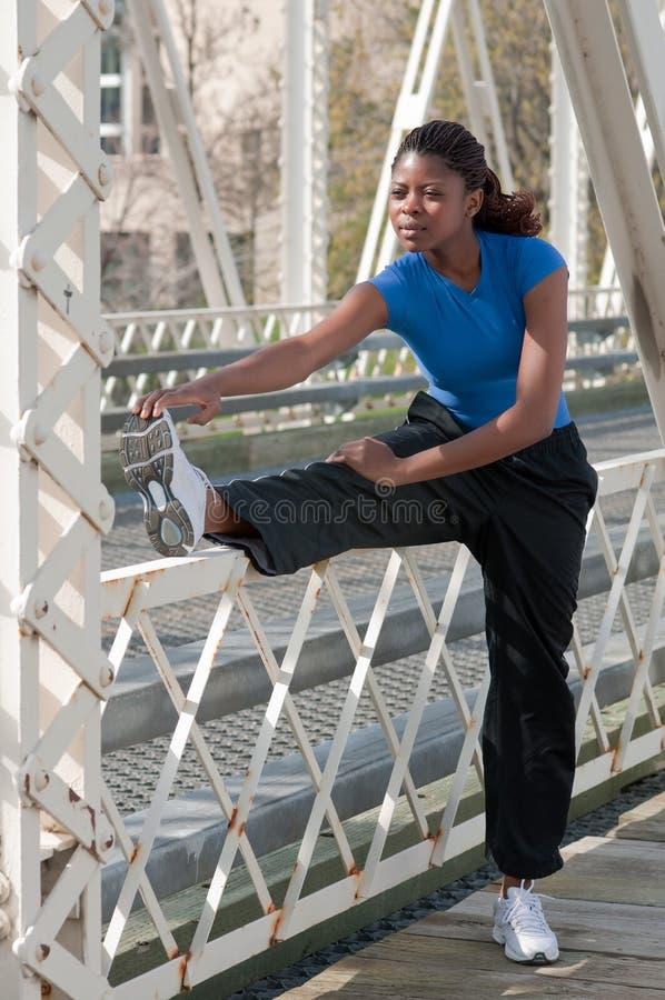 Vrouw die uitrekkende oefening in openlucht doet royalty-vrije stock fotografie