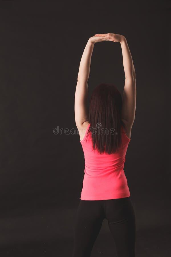 Vrouw die uitrekkende oefeningen doet stock foto's
