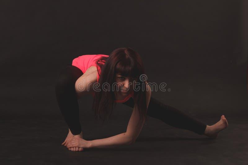Vrouw die uitrekkende oefeningen doet stock afbeeldingen