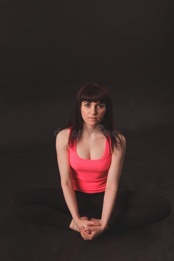 Vrouw die uitrekkende oefeningen doet royalty-vrije stock foto