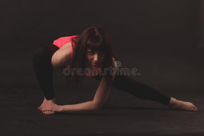 Vrouw die uitrekkende oefeningen doet stock afbeelding